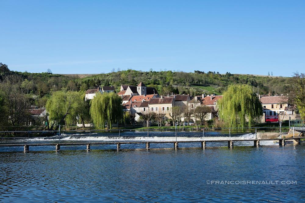 Le village de Vincelottes vu depuis la piste cyclable qui longe le canal du Nivernais.