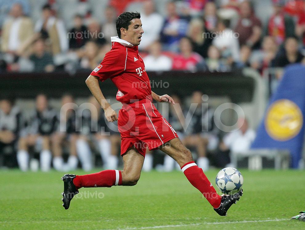 Fussball 1. Bundesliga 2005/2006 1. Spieltag FC Bayern Muenchen 3-0 Borussia Moenchengladbach Roy Makaay (FC B) am Ball
