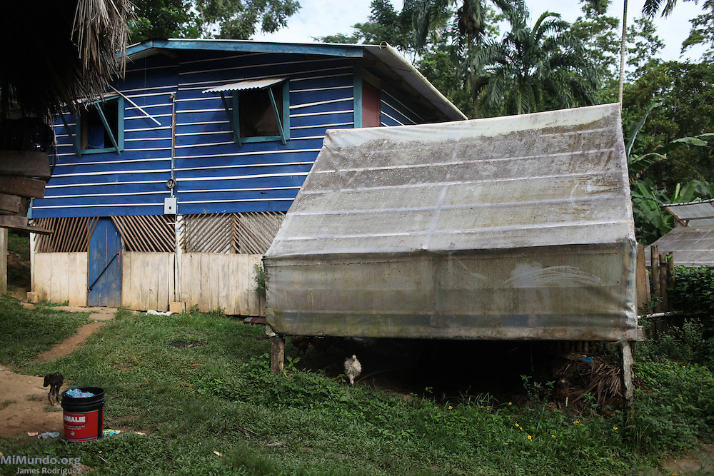 A wooden home and a seed shelter used to dry cocoa beans. COCABO: Junquito, Almirante, Changuinola, Bocas del Toro, Panamá. September 1, 2012.