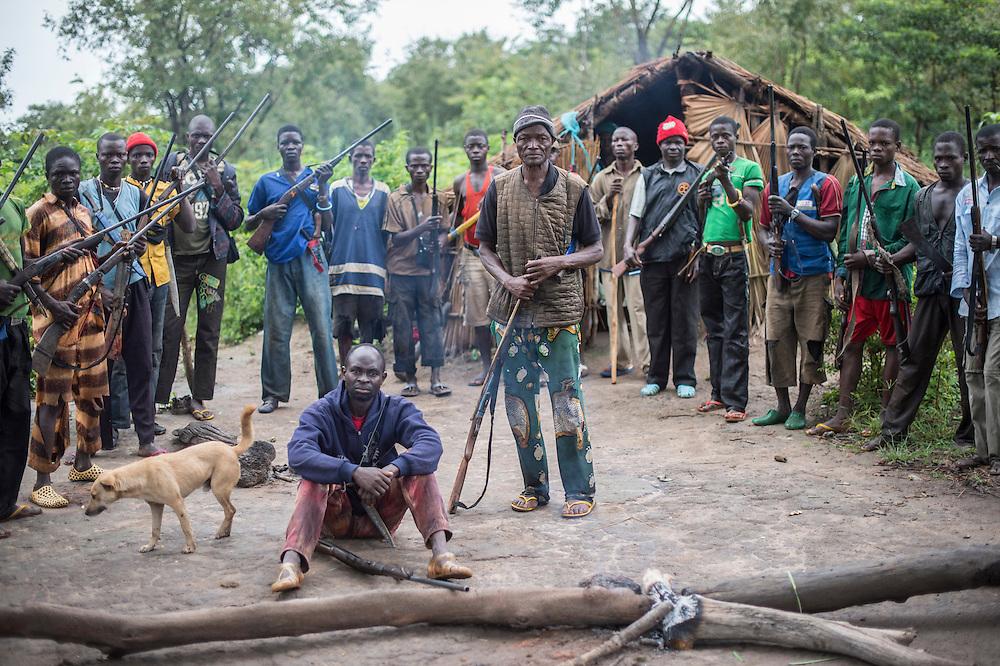 29/09/2013. Bossangoa. Republique Centrafricaine. Rencontre en brousse avec les Anti-Balaka, groupe civil d'autodéfense qui combattent la ex-Seleka. Ce groupe est formé de civils, la plupart agriculteurs, qui se sont réfugiés dans la brousse après les attaques répétées des ex-Seleka. Debout au centre, Jeannot, le chef de ce groupe formé selon lui de 1000 combattants. @Sylvain Cherkaoui/Cosmos
