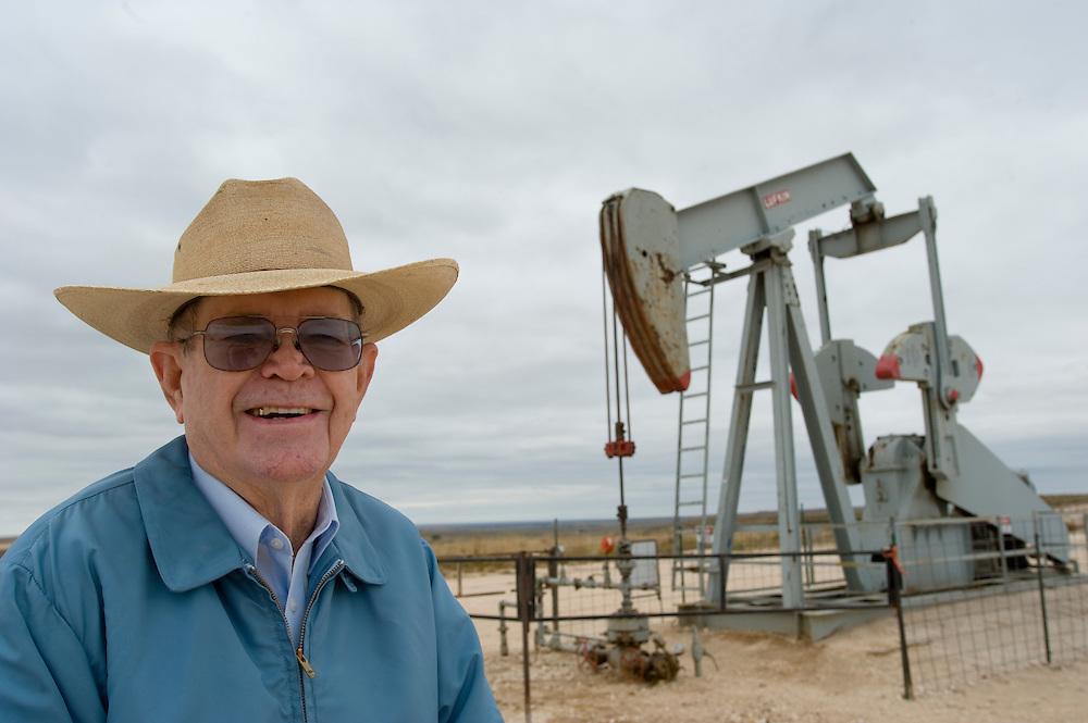 Republikaner und Cattle Farmer Gale Roger (81) vor einer Oelpumpe auf seiner Farm in der Naehe der Rebublikaner-Hochburg Perryton, Texas..© Stefan Falke