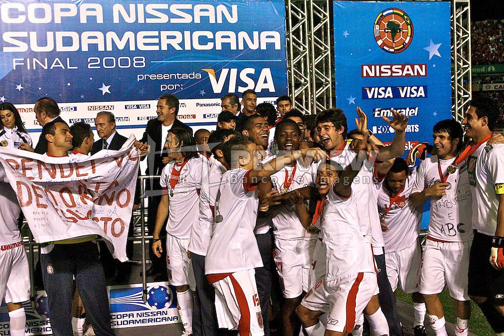 Jogadores do Internacional comemoram a conquista da Copa Sulamericana 2008, após partida contra o Estudiantes, no estádio Beira Rio, em Porto Alegre. FOTO: Jefferson Bernardes/Preview.com