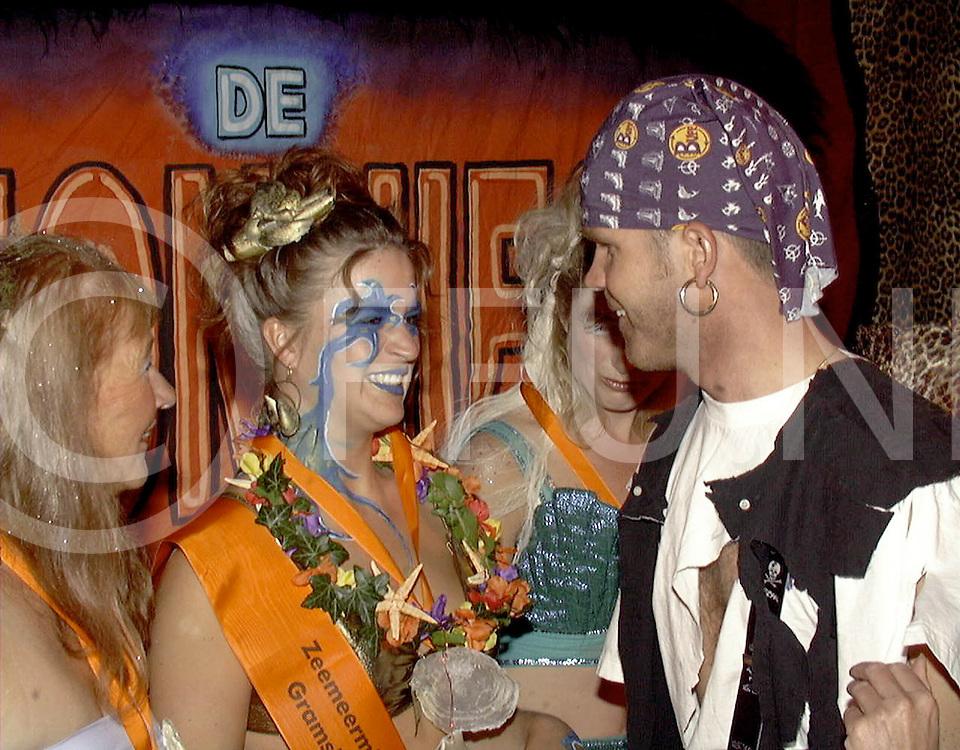 Fotografie Uijlenbroek©1999/michiel van de velde.990902 gramsbergen ned.winnares zeemeermin verkiezing marjon koops wordt gefeliciteerd door erik hulzebosch