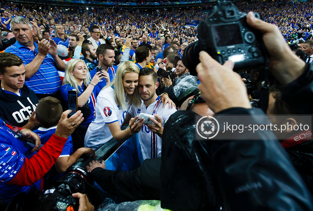 July 3 2016, Euro 2016 quarter-final quarter-final France - Iceland<br /> (10) Gylfi Sigurdsson, (ISL) takes a selfie together with a girl after the game, which a lot of photographers around them.<br /> Editorial Use Only.<br /> Local caption:<br /> Em Fotboll, kvarts-final, Frankrike - Island, 20160703<br /> (10) Gylfi Sigurdsson, (ISL) tar en bild tillsammans med en kvinna efter matchen, omgivna av ett stort antal fotografer och fans.<br /> Endast f&ouml;r redaktionellt bruk.<br /> &copy; Daniel Malmberg/Jkpg sports photo