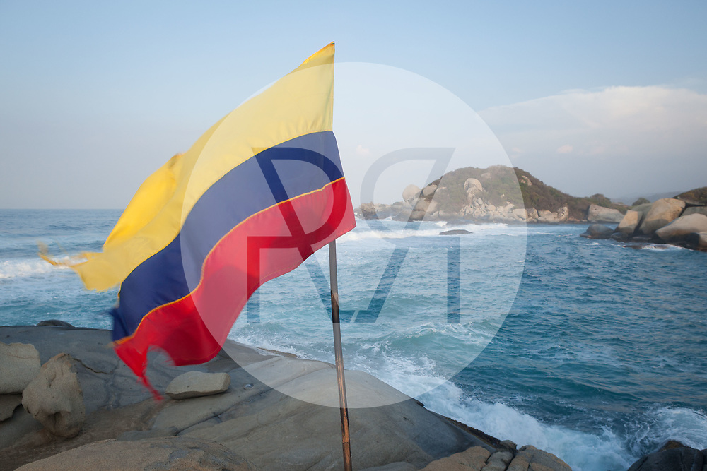 KOLUMBIEN - PARK TAYRONA - Kolumbianische Flagge und Kakteen am Strand in 'El Cabo de San Juan' im Tayrona Nationalpark -  07. April 2014 © Raphael Hünerfauth - http://huenerfauth.ch
