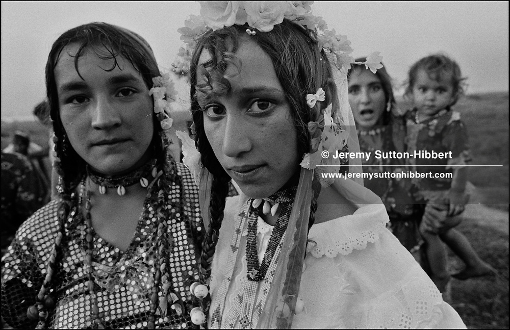 BRIDE ON HER WEDDING DAY. SINTESTI, ROMANIA, 1994..©JEREMY SUTTON-HIBBERT 2000..TEL./FAX. +44-141-649-2912..TEL. +44-7831-138817.