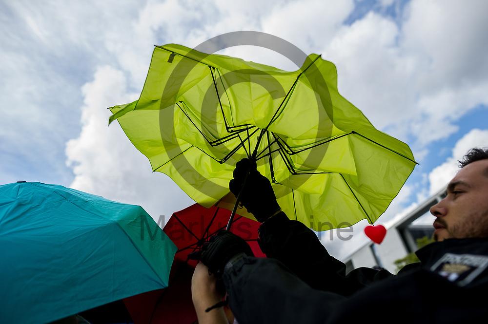 Deutschland, Berlin - 16.09.2017<br /> <br /> Ein Polizist klappt den Regenschirm eines Gegendemonstranten zusammen der sich in die Kundgebung gemischt hat. Unter dem Motto &quot;Die Schw&auml;chsten sch&uuml;tzen. Ja zu jedem Kind&quot; ziehen Abtreibungsgegner und sogenannte Lebenssch&uuml;tzer durch Berlin. Kritiker werfen den Teilnehmern religi&ouml;sen Fundamentalismus vor.<br /> <br /> Germany, Berlin - 16.09.2017<br /> <br /> A policeman folds the umbrella of a counterdemonstriker who has mixed into the rally. Under the motto &quot;Protect the most vulnerable, yes to every child&quot;, anti-abortionist and so-called &quot;lifeguards&quot; move through Berlin. Critics accuse participants of religious fundamentalism.<br /> <br />  Foto: Markus Heine<br /> <br /> ------------------------------<br /> <br /> Ver&ouml;ffentlichung nur mit Fotografennennung, sowie gegen Honorar und Belegexemplar.<br /> <br /> Bankverbindung:<br /> IBAN: DE65660908000004437497<br /> BIC CODE: GENODE61BBB<br /> Badische Beamten Bank Karlsruhe<br /> <br /> USt-IdNr: DE291853306<br /> <br /> Please note:<br /> All rights reserved! Don't publish without copyright!<br /> <br /> Stand: 09.2017<br /> <br /> ------------------------------