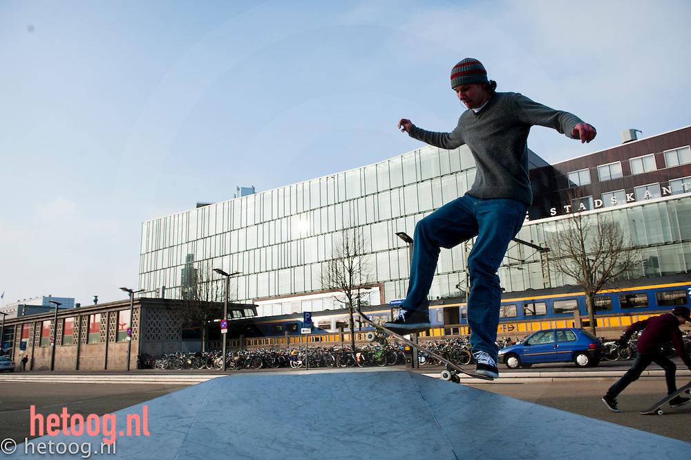 Nederland,enschede, skaten op het stationsplein van enschede. d.d. 29jan2011 foto copyright hetoog.nl/cees elzenga