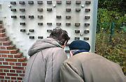 Duitsland, Kleef, 9-11-2008In het Duitse Kleef, vlak over de grens bij Nijmegen, wordt op de plek waar voor de oorlog de Joodse synagoge stond, de Kristalnacht herdacht. een oudere man en vrouw kijken naar een monument met daarin steentjes met namen van vermoorde joodse inwoners.Foto: Flip Franssen/Hollandse Hoogte