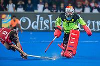 BHUBANESWAR, INDIA -  Florent van Aubel (Belgie) scoort zijn shoot-out tegen keeper Pirmin Blaak (Ned)   tijdens de  finale tussen België en Nederland bij het WK Hockey heren in het Kalinga Stadion. COPYRIGHT KOEN SUYK