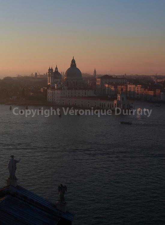 Vue sur la  La Basilique Santa Maria della Salute depuis San Giorgio Maggiore, Venise, Italie // Santa Maria della SalutBasilica from San Giorgio Maggiore Venice, Italy Italie, Italy