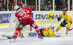 16.04.2019, Stadthalle, Klagenfurt, AUT, EBEL, EC KAC vs Vienna Capitals, Finale, 2. Spiel, im Bild Thomas HUNDERTPFUND (EC KAC, #27), Jean-Philippe Amoureux, (spusu Vienna CAPITALS, #1), Benjamin NISSNER (spusu Vienna CAPITALS, #70) // during the Erste Bank Icehockey 2nd final match between EC KAC and Vienna Capitals at the Stadthalle in Klagenfurt, Austria on 2019/04/16. EXPA Pictures © 2019, PhotoCredit: EXPA/ Gert Steinthaler