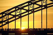 Nederland, Nijmegen, 20-7-2010Op de Wedren startten om 3 uur de eerste lopers van de 4daagse over de Waalbrug naar de betuwe. De eerste meters door de stad werden zij aangemoedigd door bezoekers van de zomerfeesten die het laat hadden gemaakt. Dit jaar wordt voor het eerst gewerkt met polsbandjes met een barcode die de controle op het parcours makkelijker maakt. Vanwege het verwachte warme weer op dinsdag wordt die eerste dag een half uur eerder gestart en worden extra waterpunten ingericht.Foto: Flip Franssen/Hollandse Hoogte