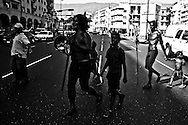 El diablo chavista, Edmundo Keys celebra las fiestas de Carnaval junto a su familia en la Plaza O'Leary del Silencio. Caracas, 15 Feb. 2010. (ivan gonzalez)