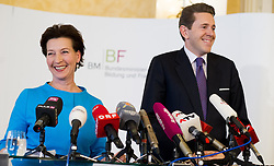 17.11.2015, Bildungsministerium, Wien, AUT, Bundesregierung, Ergebnispräsentation der Bildungsreformkommission, im Bild v.l.n.r. Bundesministerin für Unterricht, Kunst und Kultur Gabriele Heinisch-Hosek (SPÖ) und Staatssekretär für Wissenschaft, Forschung und Wirtschaft Harald Mahrer (ÖVP) // f.l.t.r. Minister of Education, Art and Culture Gabriele Heinisch-Hosek (SPOe) and State Secretary for Science and Economy Harald Mahrer (OeVP) during press conference according to education reformation at Ministry of Education in Vienna, Austria on 2015/11/17, EXPA Pictures © 2015, PhotoCredit: EXPA/ Michael Gruber