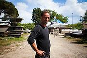 Gianfranco Franciosi nel suo cantiere navale di Ameglia (SP). Gianni, unico infiltrato civile nella storia italiana, ha lavorato come meccanico e pilota di imbarcazioni offshore per uno dei più importanti cartelli del narcotraffico internazionale.