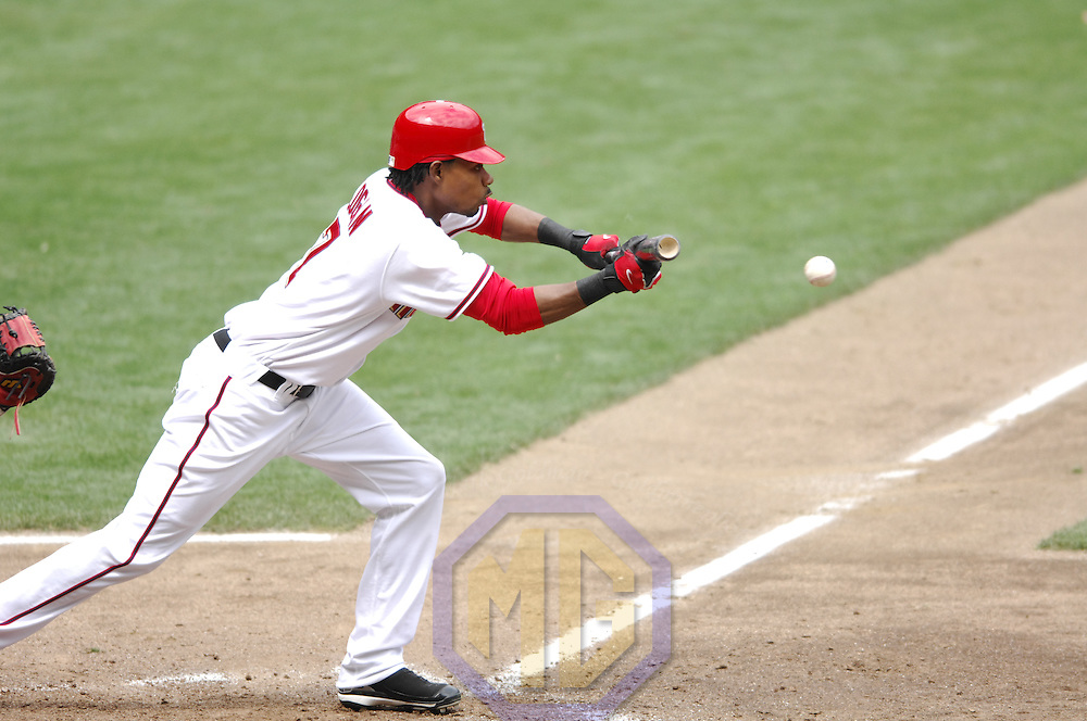 17 May 2006:  Washington Nationals center fielder Nook Logan (7) successfully executes a sacrifice bunt against the Atlanta Braves. The Nationals defeated the Braves 4-3 at RFK Stadium in Washington, D.C.