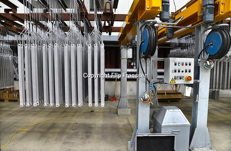 Nederland, Mook, 20-5-2017Verzinkerij Coatinc houdt open dag voor de buurt in de nieuwe bedrijfshal waar het staal verzinkt wordt. Foto: Flip Franssen