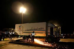 Aktivisten von Greenpeace blockieren die Ausfahrt des Castors vom Gelände der Umladestation in Dannenberg mit einem umgebauten Bierlaster. Im Inneren befinden sich vier Menschen, die in speziellen Vorrichtungen mit dem Lastwagen verbunden sind. Der Lastwagen selbst ist mit der Straße fest verbunden. <br /> <br /> Ort: Dannenberg<br /> Copyright: Andreas Conradt<br /> Quelle: PubliXviewinG