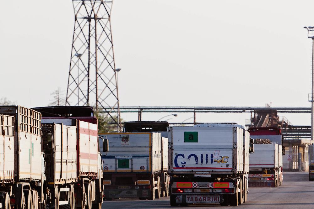 10 SEP 2011 - Torrile (Parma) - Zuccherificio Eridania - Camion in attesa per il conferimento della barbabietola