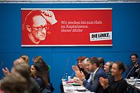 DEU, Deutschland, Germany, Berlin, 25.09.2018: Bundestagsabgeordnete der Fraktion DIE LINKE applaudieren während einer Fraktionssitzung von DIE LINKE. Im Hintergrund ein Zitat von Heiner Müller: Wir stecken bis zum Hals im Kapitalismus.