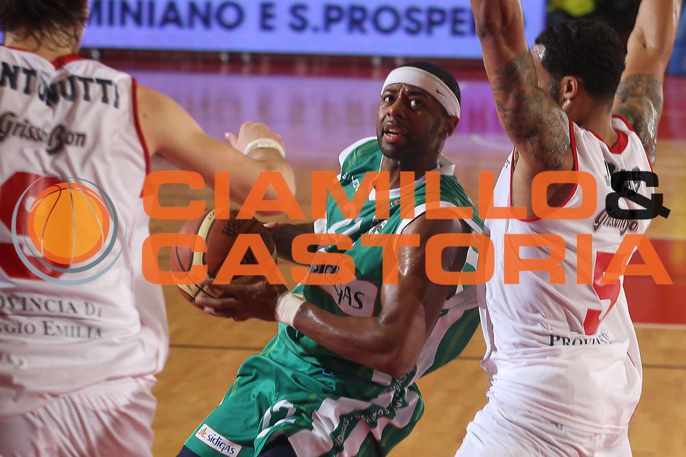 DESCRIZIONE : Reggio Emilia Lega A 2012-13 Trenkwalder Reggio Emilia Sidigas Avellino<br /> GIOCATORE : Mustafa Shakur<br /> CATEGORIA : palleggio<br /> SQUADRA : Sidigas Avellino<br /> EVENTO : Campionato Lega A 2012-2013 <br /> GARA : Trenkwalder Reggio Emilia Sidigas Avellino<br /> DATA : 23/12/2012<br /> SPORT : Pallacanestro <br /> AUTORE : Agenzia Ciamillo-Castoria/P. Boccaccini<br /> Galleria : Lega Basket A 2012-2013  <br /> Fotonotizia : Reggio Emilia Lega A 2012-13 Trenkwalder Reggio Emilia Sidigas Avellino
