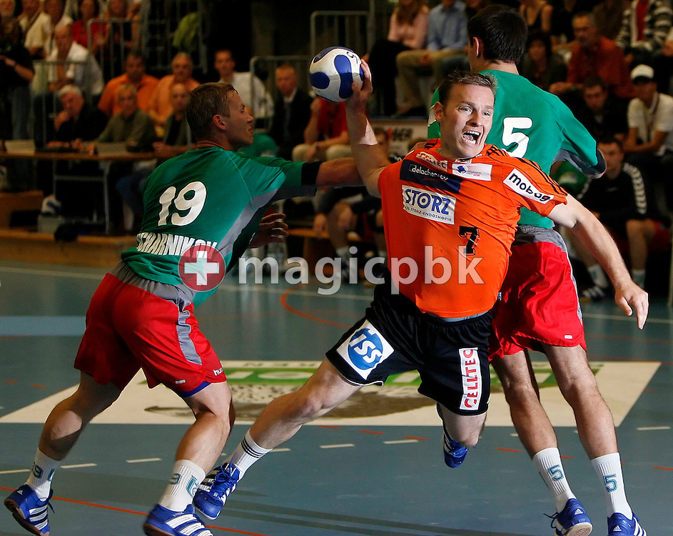 Swiss Kadetten Schaffhausen's player Martin Kovar (C) scores after breaking through the block of Belarus Brest HC Meshkov's player Dmitry Bocharnikov (L) and Vasili Astrouski (R) during the men's Champions League handball match between Kadetten Schaffhausen and Brest HC Meshkov in Schaffhausen, Switzerland, Saturday, September 30, 2006. (Photo by Patrick B. Kraemer / MAGICPBK)