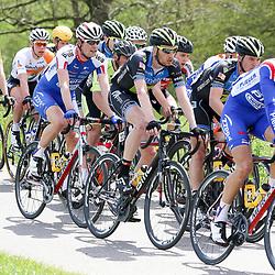 02-05-2015: Wielrennen: Ronde van Overijssel mannen: Rijssen  <br />RIJSSEN (NED) wielrennen:  De 63e ronde van Overijssel heeft als zwaarte punt de heuveltjes rond Ootmarsum en de Sallandse heuvelrug. Net als in de ronde van Vlaanderen kent men in Overijssel het dorp van de ronde. In 2015 is de eer aan Markelo.<br />Jasper Hamelink tussne twee oud ploegmaats voor hem Joey van Rhee en achter Elmar Reinders