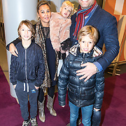 NLD/Amsterdam/20161126 - Studio 100 Winterfestival, Dennis van der Geest met partner Zaina Mohamed met kinderen Bjorn, Finn, en Deza