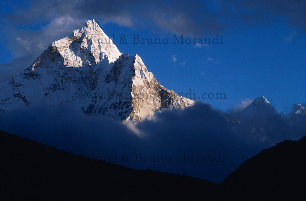 Nepal, Region du Solu-Khumbu, Zone de l'Everest, la montagne Ama Dablam 6856 m d'altutude. // Nepal, Khumbu region, Everest area, Ama Dablam mountain at 6856m altitude