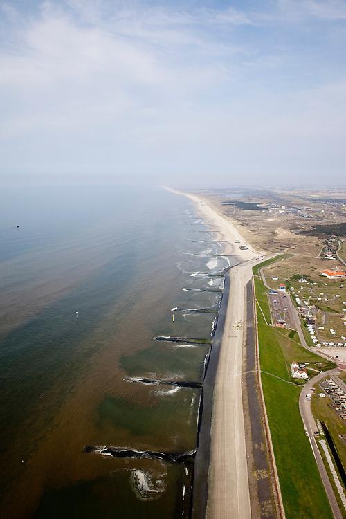 Nederland, Noord-Holland, Gemeente Zijpe, 28-04-2010; Petten met Pettemer Zeewering (verlengde van de Hondsbossche zeewering), gezien naar het noorden. De dijk is aangelegd als zeewering nadat de oorsrponkelijke duinen weggeslagen waren. Door erosie kalven de duinen langs de kust steeds verder af, de dijk steekt daardoor steeds meer uit in zee..Petten with Petten Seawall (extension of the Hondsbossche seawall), seen to the north. The dike was built as a seawall after the primal dunes were washed away. Because of erosion the dunes decrease in size, therefore the sewall sticks more and more out into the sea..luchtfoto (toeslag), aerial photo (additional fee required).foto/photo Siebe Swart
