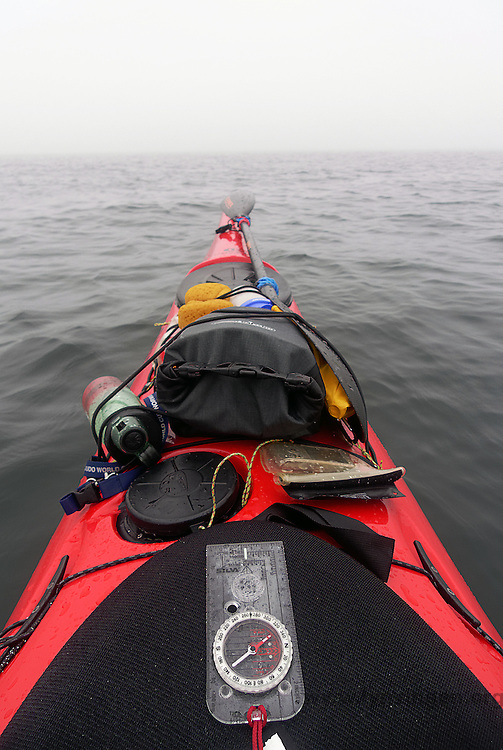 Kayaker using compass in foggy weather outside Jomfruland, Telemark - kajakkpadler navigerer etter kompass i tåke. Jomfruland, Telemark