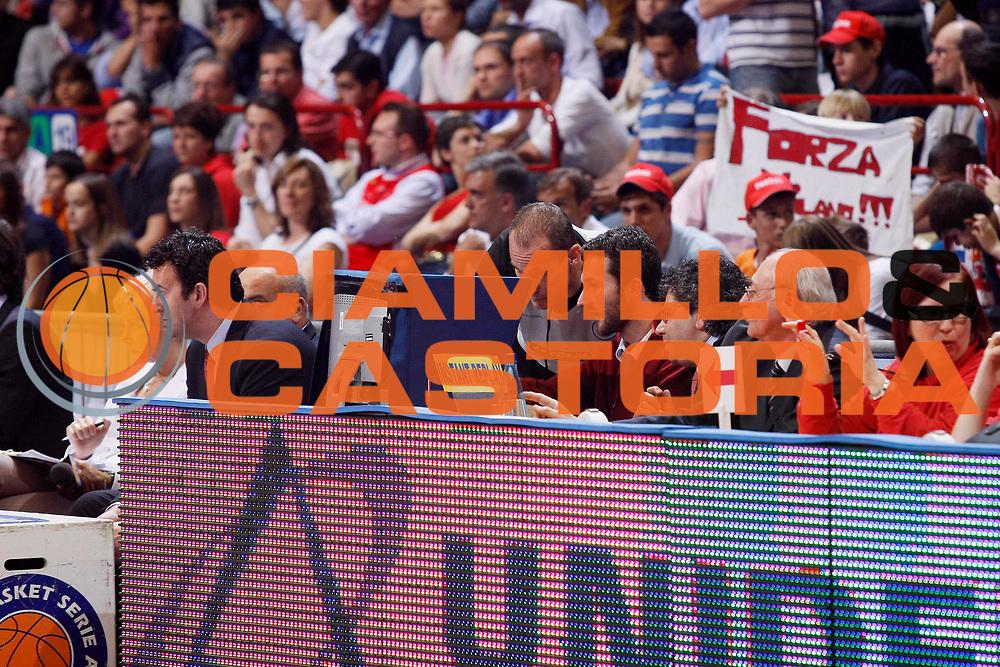 DESCRIZIONE : Milano Lega A1 2007-08 Playoff Semifinale Gara 2 Armani Jeans Milano Montepaschi Siena <br /> GIOCATORE : Istant Replay<br /> SQUADRA :  <br /> EVENTO : Campionato Lega A1 2007-2008 <br /> GARA : Armani Jeans Milano Montepaschi Siena<br /> DATA : 24/05/2008 <br /> CATEGORIA : Ritratto Arbitro<br /> SPORT : Pallacanestro <br /> AUTORE : Agenzia Ciamillo-Castoria/G.Cottini<br /> Galleria : Lega Basket A1 2007-2008 <br /> Fotonotizia : Milano Campionato Italiano Lega A1 2007-2008 Playoff Semifinale Gara 2 Armani Jeans Milano Montepaschi Siena <br /> Predefinita :