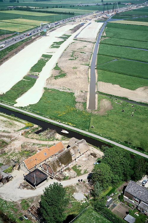 Nederland, Hoogmade, Noordeinde, 17/05/2002; rijksweg A4 moet verbreed  worden (het zand naast de weg) en parallel hieraan komt de HSL te lopen, spoorsloot reeds gegraven; de historische boerderij (voorgrond) ligt op de as van het HSL trace, is inmidels onteigend en zal worden 'geamoverd'; infrastructuur, bouwen, spoor, rail, TGV planologie ruimtelijke ordening, bouwplaats, kraan;<br /> luchtfoto (toeslag), aerial photo (additional fee)<br /> foto /photo Siebe Swart