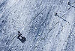 THEMENBILD - Skifahrer und eine Gondel , aufgenommen am 14. Januar 2020 in Kaprun, Österreich // Skiers and a gondola , Kaprun, Austria on 2020/01/14. EXPA Pictures © 2020, PhotoCredit: EXPA/ JFK