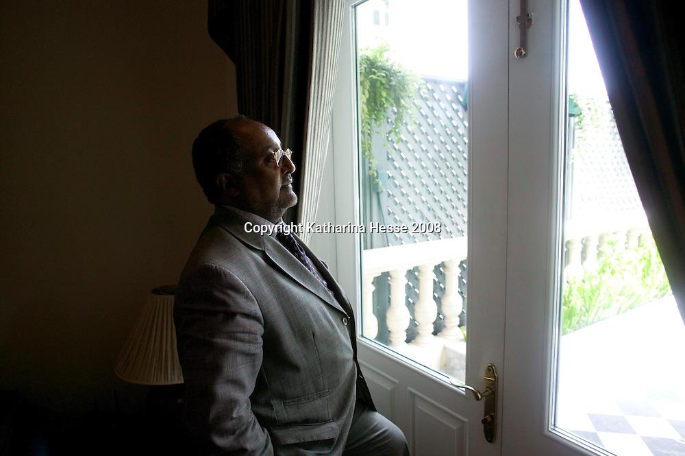 """Bangkok, JUNE-15 : Prinz A in seiner """" Jpseph Conrad"""" suite mit Butler im Mandarin Oriental Hotel."""