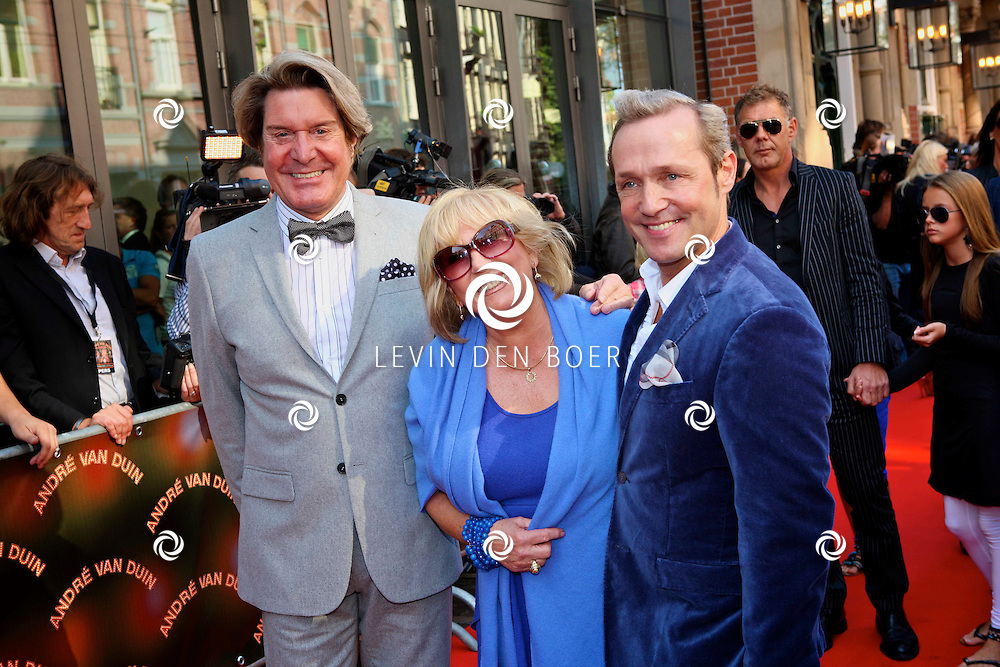 AMSTERDAM - In de LaMar theater is de premiere van Andre van Duin.  Met op de foto Willeke Alberti en haar vrienden. FOTO LEVIN DEN BOER - PERSFOTO.NU