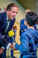 DEN HAAG - Alexander pechtold met een kleine afghaanse uitgeproceerdeerde asielzoeker jongen tijdens het vragen uurtje ROBIN UTRECHT
