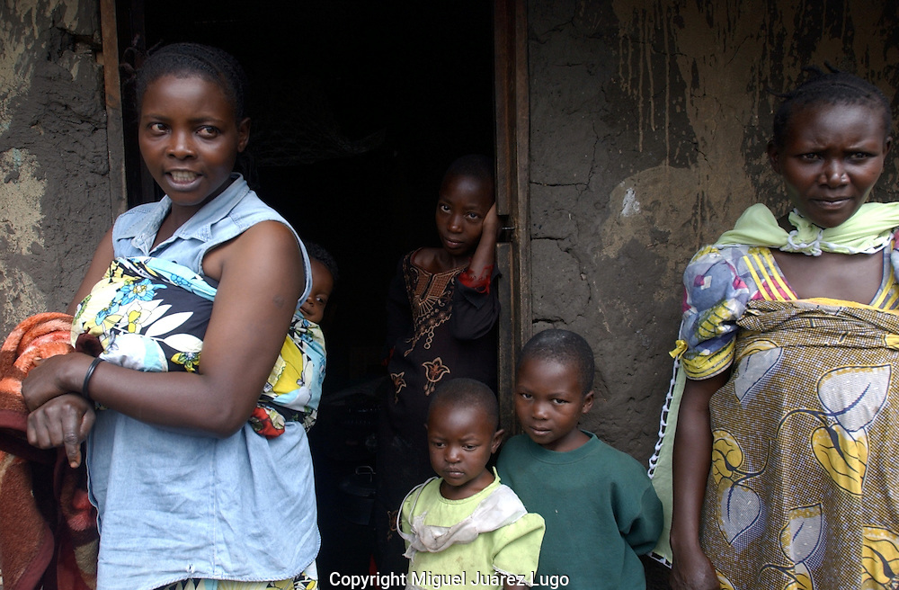Kiwanya, D.R. Congo. Anastazi Mahano, left, said looters stole her belongings from her house that took more than five years to buy -including her favorite dress. &quot;it took me a long time to buy that dress,&quot; she said, &quot;it was my special clothing. I'm so brokenhearted&quot;.<br /> (FOTO: MIGUEL JUAREZ)