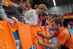 29-12-2013 VOLLEYBAL: DELA TROPHY NEDERLAND - FRANKRIJK: DEN BOSCH<br /> Nederland verliest de eerste wedstrijd met 3-0 van Frankrijk / Gijs Jornaheeft het druk na de wedstrijd met handtekeningen uitdelen.<br /> &copy;2013-FotoHoogendoorn.nl