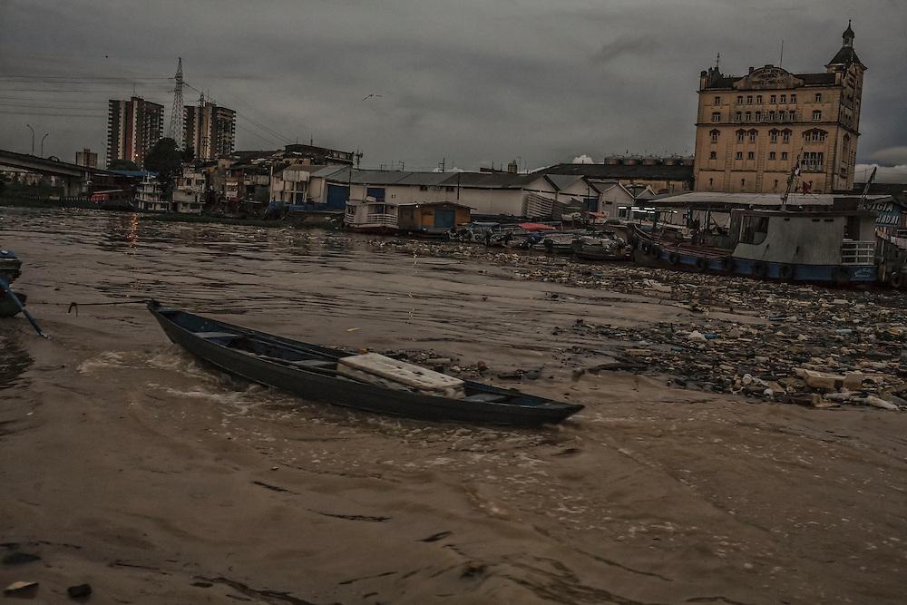 Brazil, Amazonas, rio Negro, Manaus. Entree dans la favela de Sao Raimundo.Le courant du fleuve accumule ici les dechets de surface de l'agglomeration rejetés dans les eaux du port.
