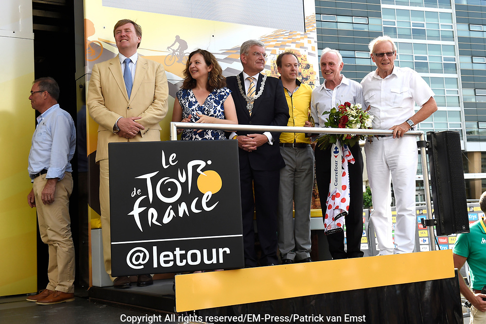 Uitreiking Gele trui na eerste etappe in Utrecht na de individuele tijdrit van 13,8 km.<br /> <br /> Presentation Yellow jersey after the first stage in Utrecht after the individual time trial of 13.8 km.<br /> <br /> Op de foto / On the photo:  Koning Willem Alexander , minister Edith Schippers , Burgemeester Jan van Zanen , Tourwethouder Jeroen Kreijkamp  , Wielrenners Joop Zoetemelk en Jan Janssen