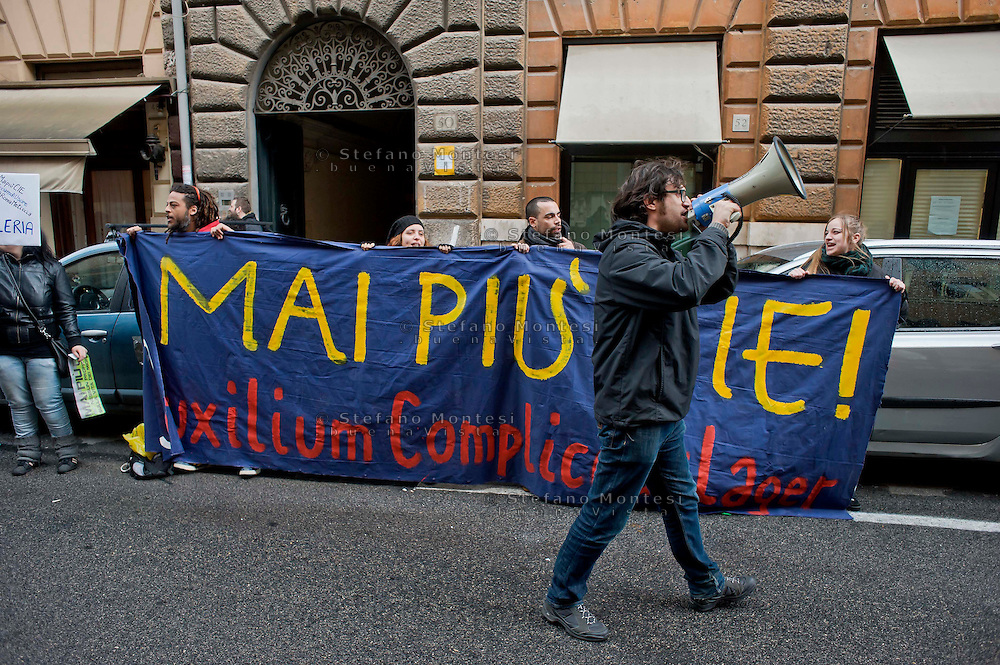 Roma 28 Febbraio 2014<br /> Le Reti Antirazziste hanno protestato sotto la sede della cooperativa Auxilium che  da quattro anni gestisce il  CIE, centro di Identificazione ed Espulsione di Ponte Galeria. <br /> Rome 28 Febraury 2014<br />  The anti-racist networks has protested under the center of the cooperative Auxilium, that manages the CIE, center of Identification and Expulsion of Bridge Galeria from four years.