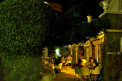 Localizada no bairro Moinhos de Vento, a rua Padre Chagas é considerada uma das mais baladas de Porto Alegre. Parte importante do roteiro gastronômico de quem visita a capital dos gaúchos, durante a noite o local é frenqüentado por um público de diversas faixas etárias que buscam diversão e boa comida nos variados bares e restaurantes que ali se encontram. FOTO: Lucas Uebel / Preview.com