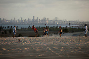 Extremoz_RN, Brasil...Na foto, jogo de futebol nas dunas da praia de Genipabu em Extremoz, Rio Grande do Norte...The soccer play on the dunes in Genipabu beach in Extremoz, Rio Grande do Norte...Foto: LEO DRUMOND / NITRO