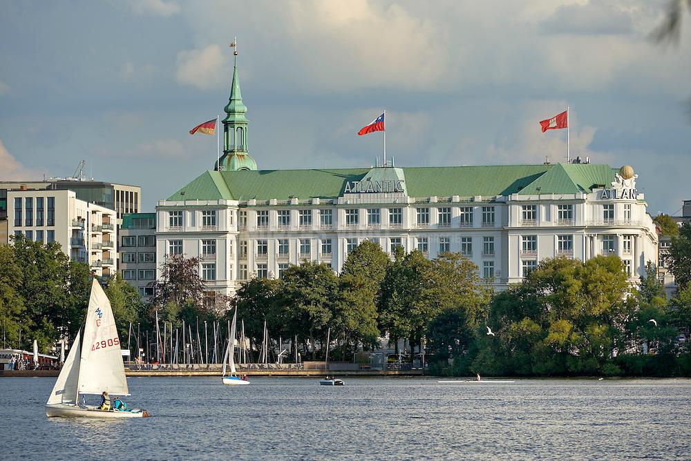 Hotel Atlantic und Boote auf der Alster
