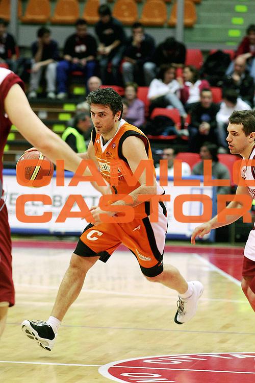 DESCRIZIONE : Livorno Lega A1 2005-06 Basket Livorno Snaidero Basketball Udine<br /> GIOCATORE : Vetoulas<br /> SQUADRA : Snaidero Basketball Udine<br /> EVENTO : Campionato Lega A1 2005-2006<br /> GARA : Basket Livorno Snaidero Basketball Udine<br /> DATA : 09/04/2006<br /> CATEGORIA : Palleggio<br /> SPORT : Pallacanestro<br /> AUTORE : Agenzia Ciamillo-Castoria/Stefano D'Errico