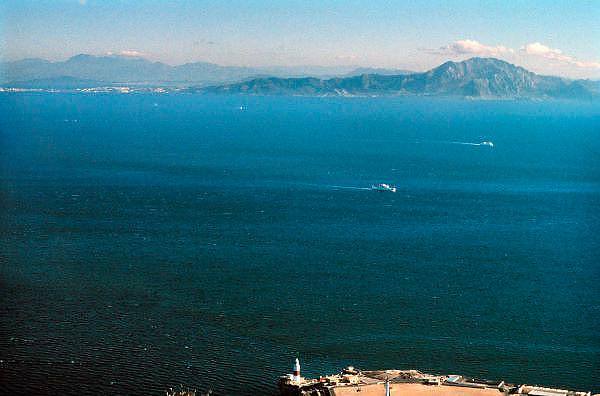 Spanje, Gibraltar, 7-6-2006..Uitzicht op de straat van Gibraltar. Op de achtergrond de bergen langs de kust van Marokko. Costa de Luz. Spanje wilt een tunnel, spoortunnel aanleggen tussen Tarifa en Tanger...Foto: Flip Franssen