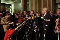 15 DEC 2003, BERLIN/GERMANY:<br /> Guido Westerwelle, FDP Bundesvorsizender, Angela Merkel, CDU Bundesvorsitzende, und Edmund Stoiber, CSU, Ministerpraesident Bayern, (v.L.n.R.), spiegeln sich in einem runden Spiegel an der Decke der Wandelhalle, waehrend der Pressekonferenz zu den Ergebnissen der Sitzung des Vermittlungsausschusses, Bundesrat<br /> IMAGE: 20031215-01-022<br /> KEYWORDS: Pressestatement, Mikrofon, microphone, Journalist, Journalisten