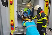 Nederland, Overasselt, 11-10-2009Ambulanceboeder duwt verkeersslachtoffer voor vervoer naar het ziekenhuis in de ambulance.Demonstratie tijdens open dag van de brandweer.Foto: Flip Franssen/Hollandse Hoogte